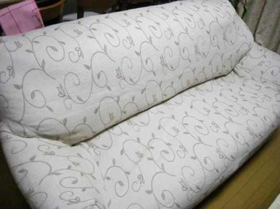 ソファーがくたびれてきたら買い替えもいいけどカバーをかけて新品同様に見せるという手もある