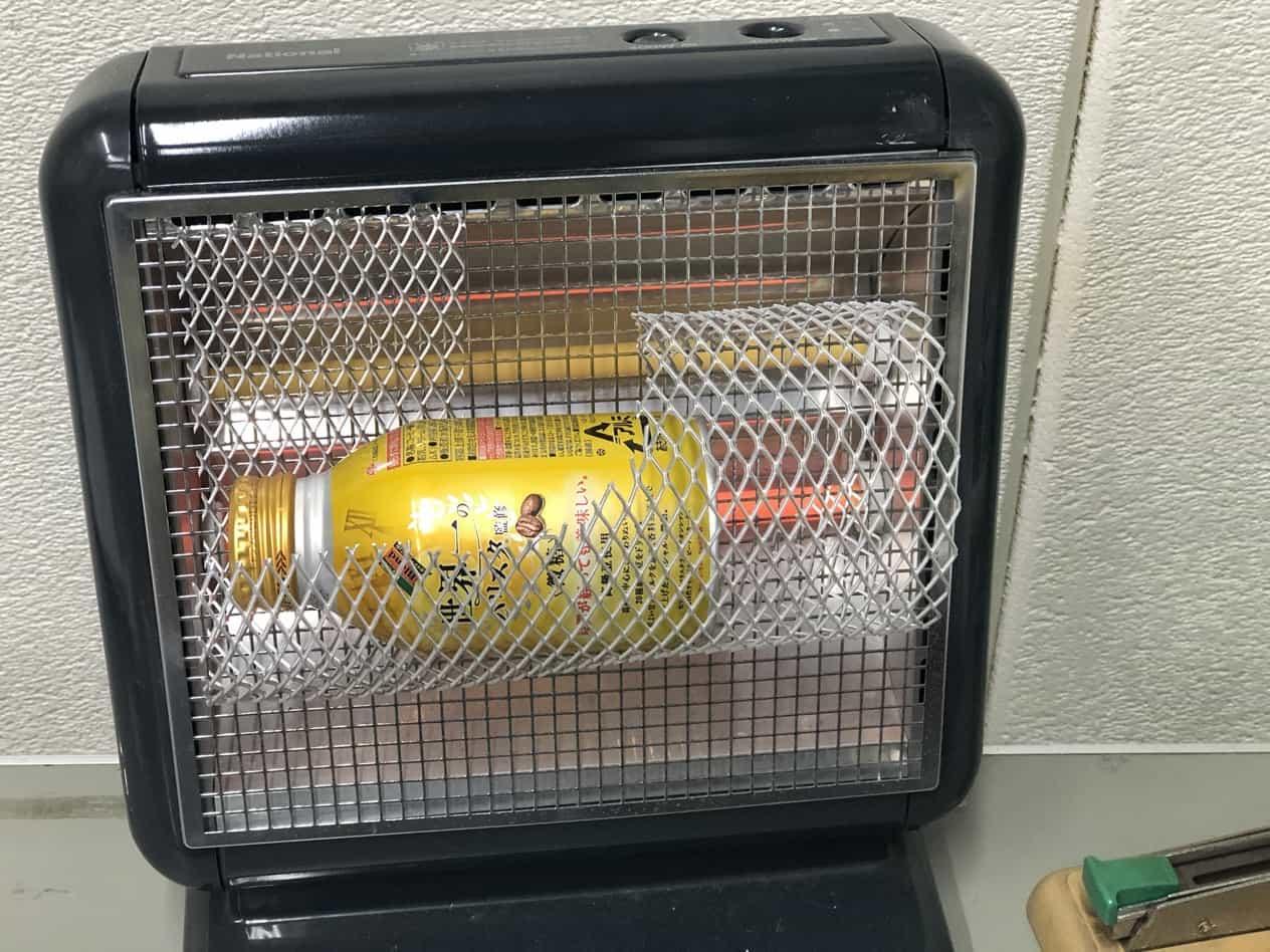 缶またはペットボトル飲料を電気ストーブで温める