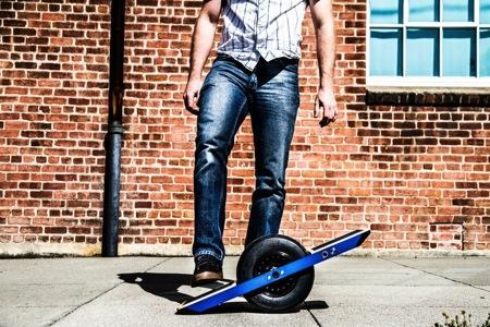 近い将来子供の玩具になるか。ジャイロ機能のついた充電式一輪スケボー