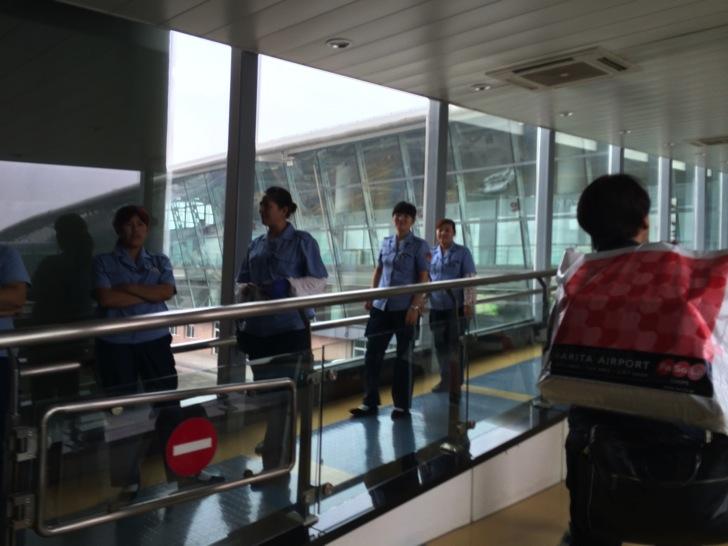 中国チンタオ空港で掃除の人