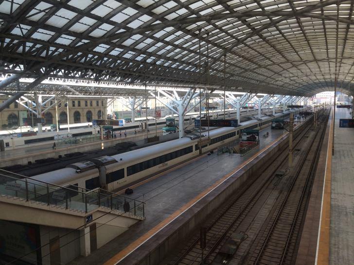 【中国旅行記】中国の鉄道は無人のホーム、ギャル車掌がゴミ集め、電話カケホーダイ
