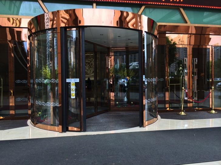 【中国旅行記】日本ではもう見られない(?)回転ドアは中国ホテルでは大活躍