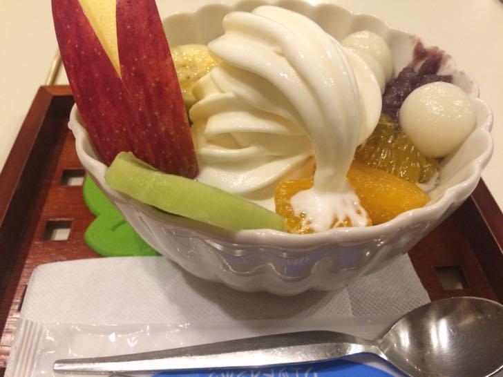 深谷カフェ花見の季節の果物とクリーム白玉あんみつはさすがスウィーツビザだけにコスパ良し!