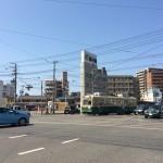 色々な意味で市民に近い広島の路面電車は右カーブするとき直進車両が通りすぎるのを待つ