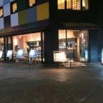 オープンカフェになってるcurry de cafe 器(utsuwa)アジア人のワシでも通りの見えるところで食べられる