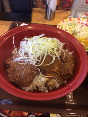 すき家の炭火豚丼サラダ付きセット