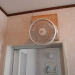 風呂あがりの暑さ解消と風呂場使用後の乾燥促進というマルチパーパス扇風機設置