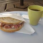 関越自動車道寄居パーキングエリアのサン=テグジュペリカフェ。コーヒーを飲む前にある準備をしておくと安くなるらしい