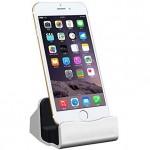 iPhoneはスタンドに載せて充電や同期したほうがさらにクールさが強調されて満足感があがる【PR】