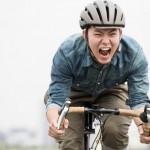 歩道は歩行者優先で自転車は基本車道走行です。でも自動車怖いです。だからアホなジジイには年金と引き換えに指導して!