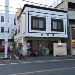 秩父レストラン成田屋は地味で気づきにくい構えだけど埼玉縣信用金庫の隣だ。では駐車場は・・・
