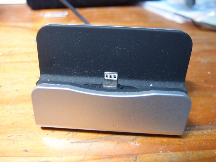 iPhone卓上スタンド充電器