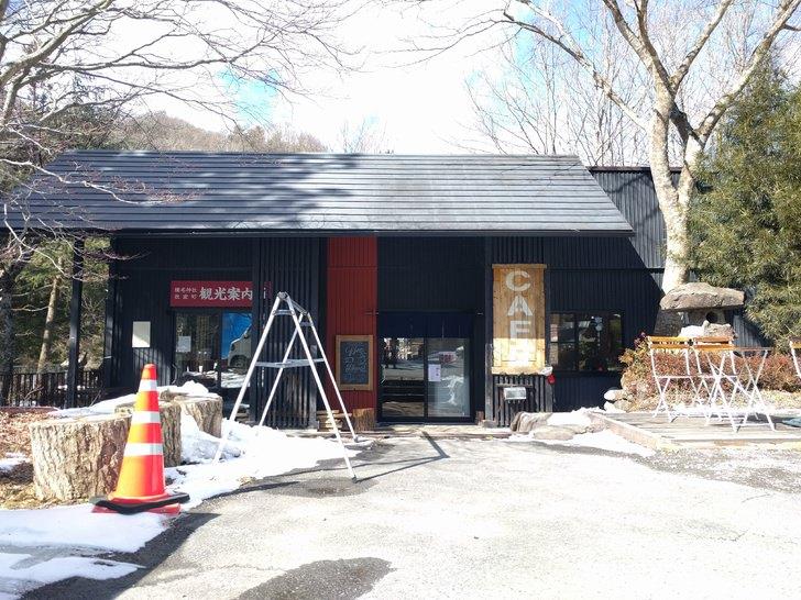 駐車場前の新しいカフェ
