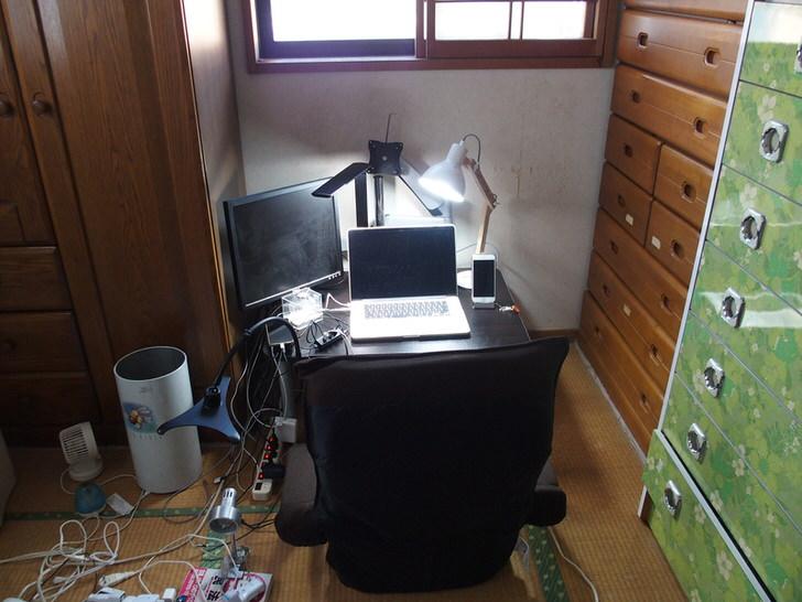 寝室の隅にテーブルと座椅子