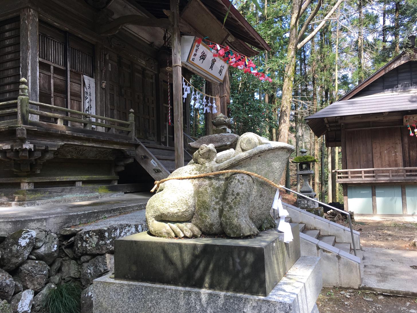 寄居町にある姥宮神社には狛ガエル
