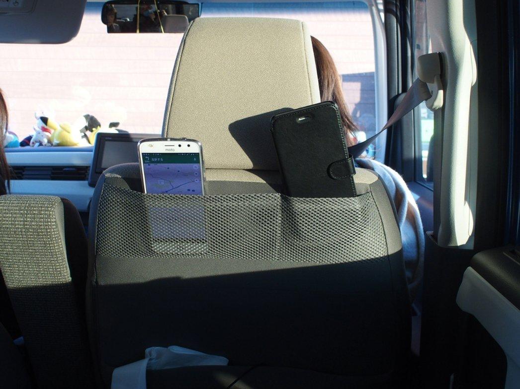 運転席と助手席後ろに小物ポケット