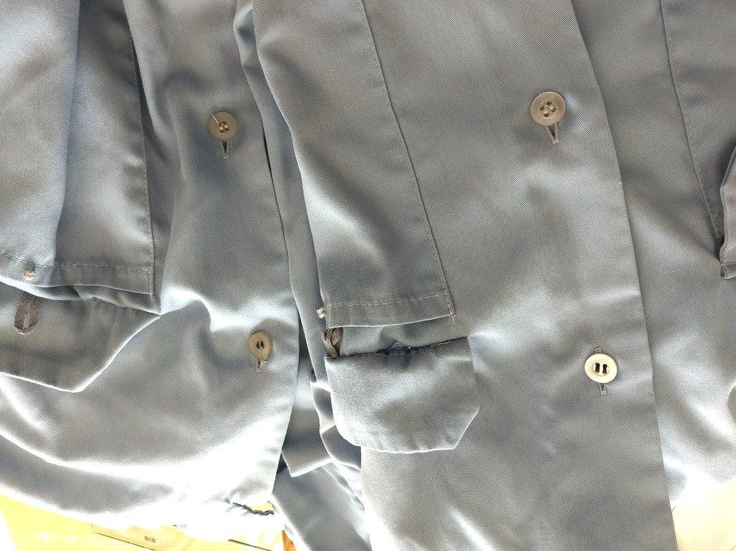 会社の作業着の第一ボタン修繕