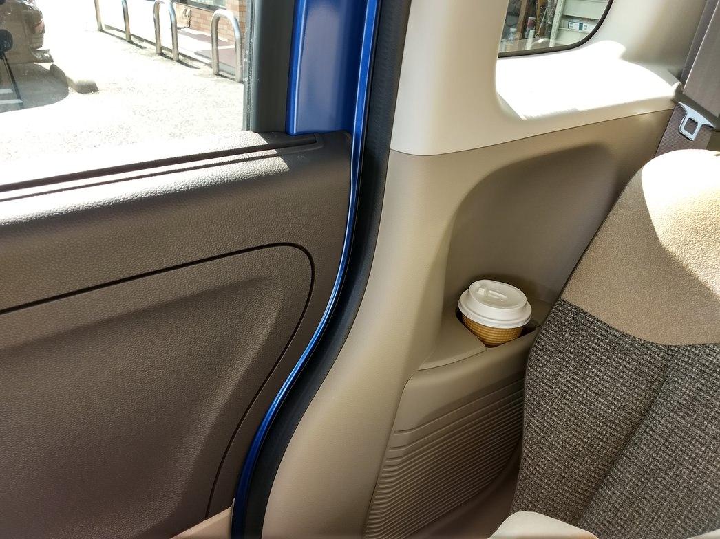 N-BOX後部座席のカップホルダー