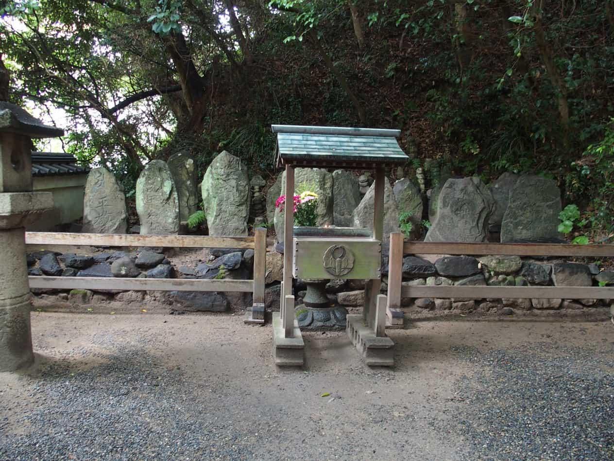 赤間神宮平家一門の墓(七盛塚) - 壇ノ浦の戦いで敗れた平家一門の合祀墓(供養塔)