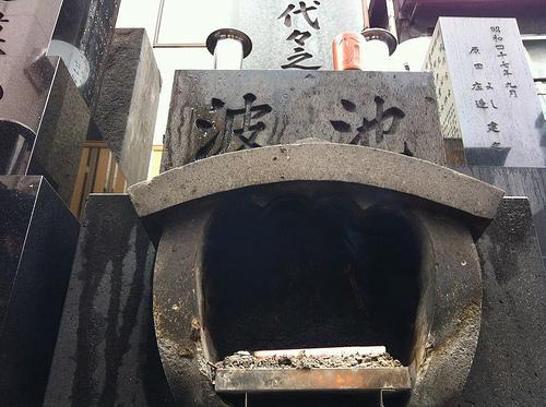 浅草にて池波正太郎の墓所と合羽橋道具街を実見する
