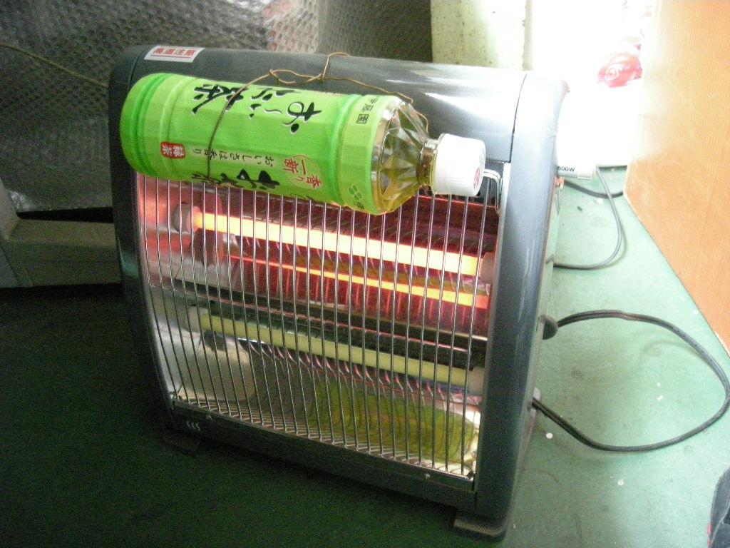 寒い事務所で身近な道具を使って冷たいペットボトル飲料を温めて心もホッとなった
