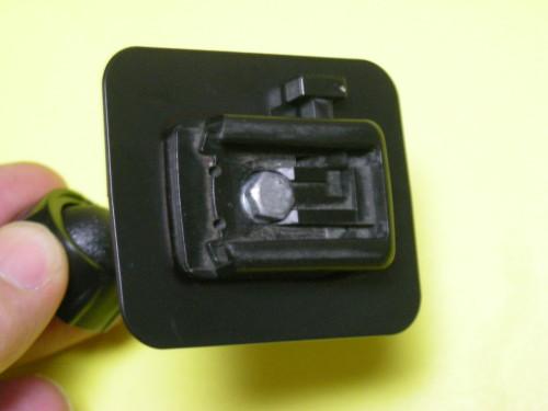 スマホホルダーを両面テープで固定