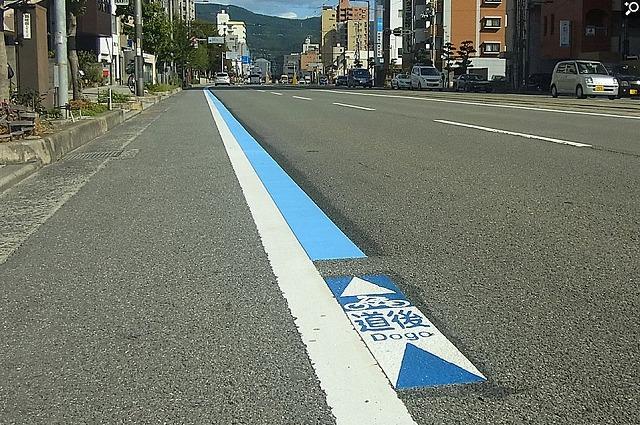 しまなみ海道と結ぶ愛媛-今治間にサイクリスト支援の青ライン設置