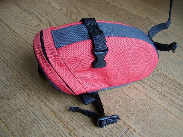サドルにデカくて立派なモンベルのバッグは結構容積がありたくさん入る