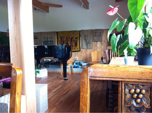 コーヒーショップむじか奥のピアノ