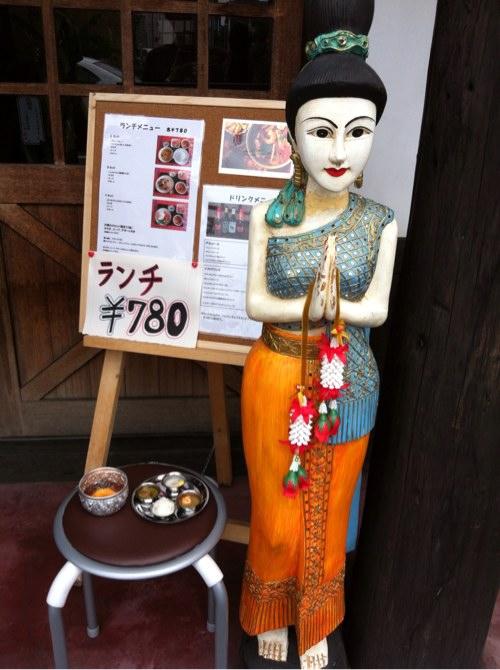 タイ料理シャム玄関前人形
