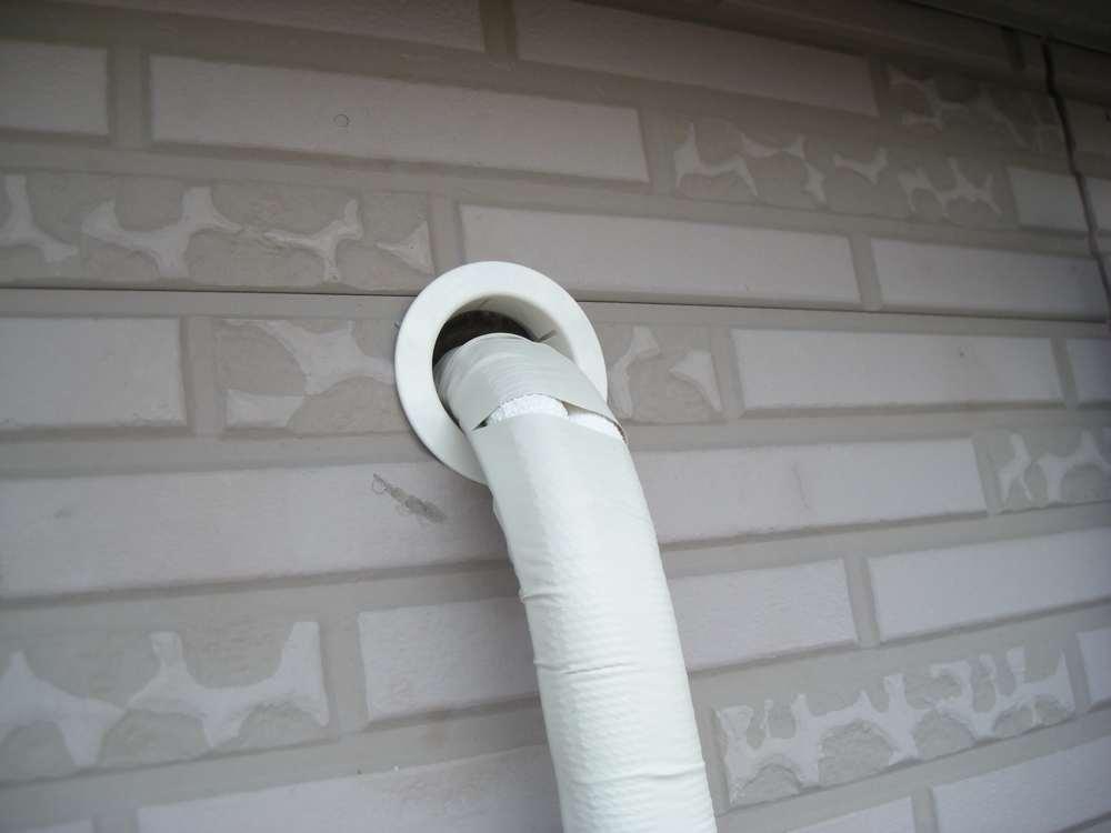 外壁へ出た直後の配管パイプ曲げ