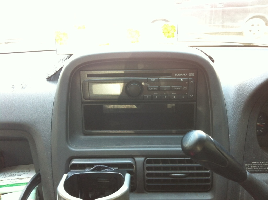 自動車の古いオーディオでもiPodに入っている音楽とか聴く